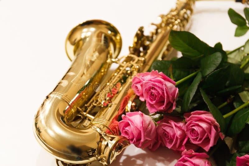 Saxofonen med rosor stänger sig upp arkivfoto