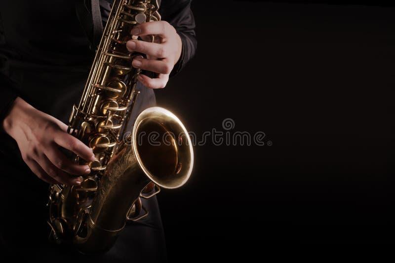 Saxofonist för saxofonspelare som spelar jazzmusik arkivbild