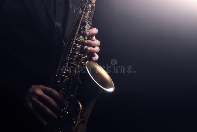 Saxofonist för saxofonspelare som spelar saxofonen royaltyfri fotografi