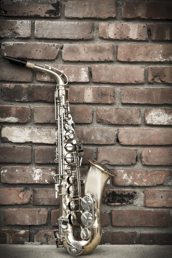 Saxofontegelstenvägg royaltyfri bild