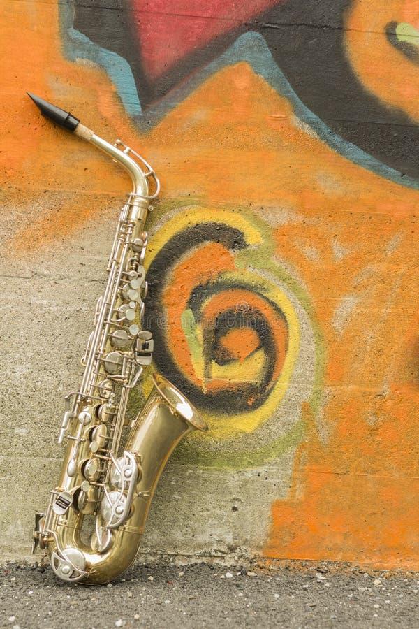Saxofontegelstenvägg royaltyfria bilder