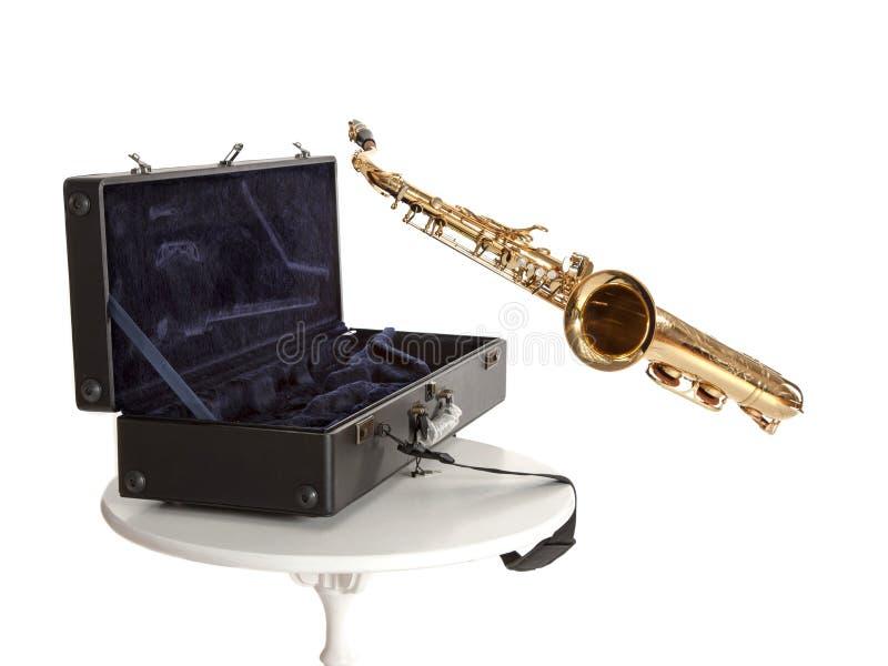 Saxofoon en doos stock afbeeldingen