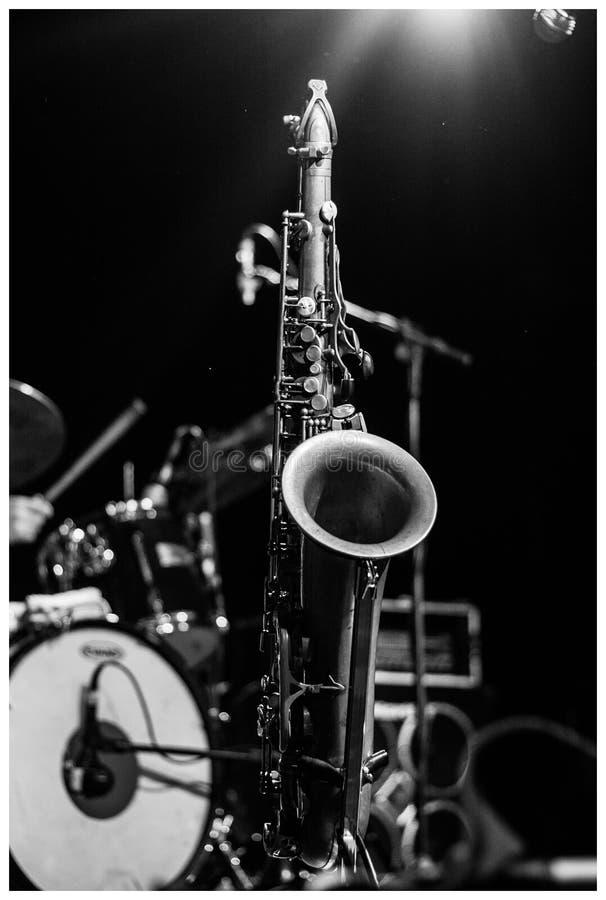 Saxofoon in het voetstadium bij de show stock foto