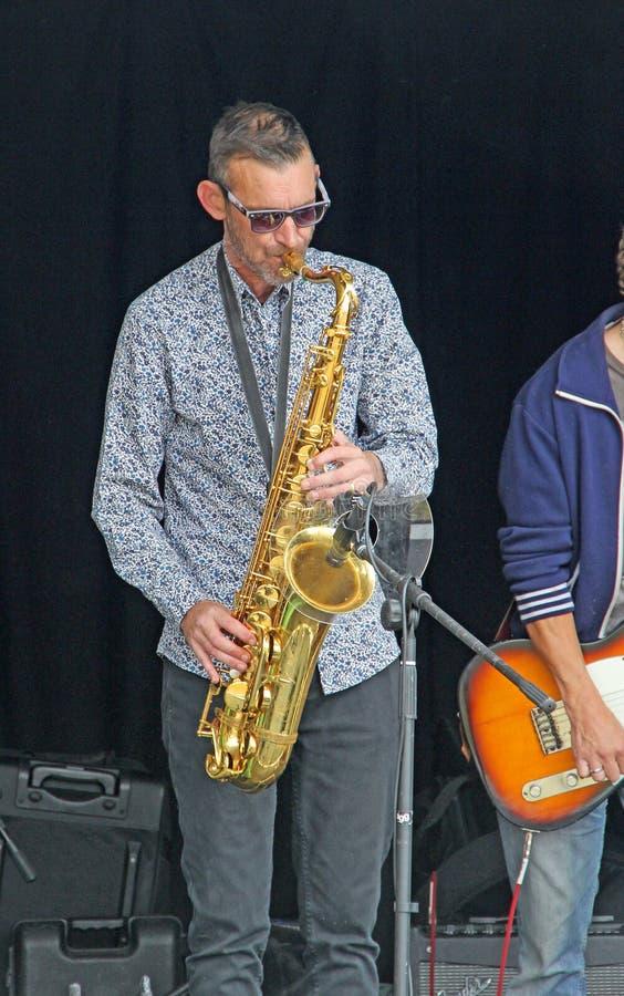 Saxofoonmens stock afbeelding