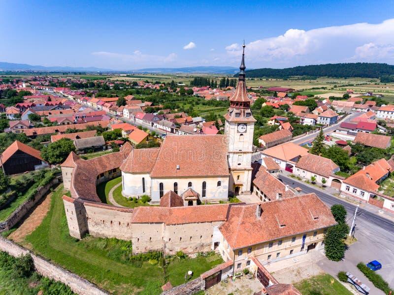 Saxon a enrichi l'église dans le village de Sanpetru en Transylvanie romaine photo libre de droits