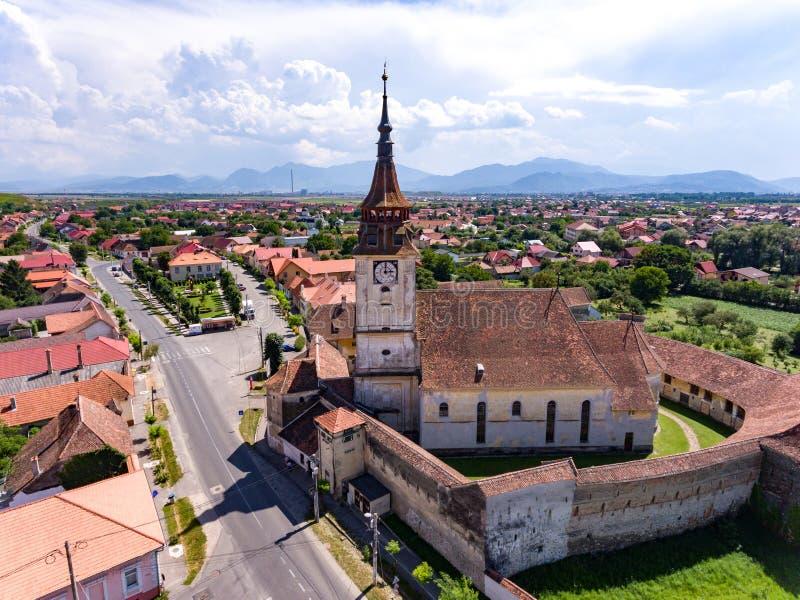 Saxon ha fortificato la chiesa nel villaggio di Sanpetru nella Transilvania romana fotografia stock