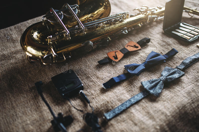 Saxophon, Blaskapelleinstrumentausrüstung stockbild