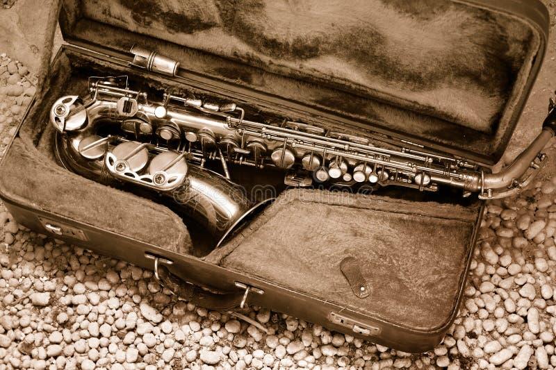Saxophon im alten ledernen Fall lizenzfreies stockbild