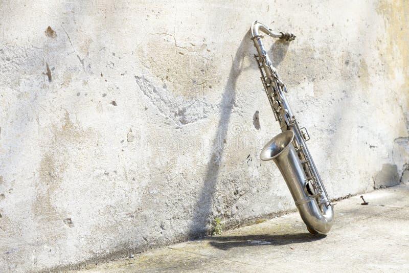 Download Saxophon Vor Einer Weinlesewand Stockbild - Bild von jazz, knall: 26373765