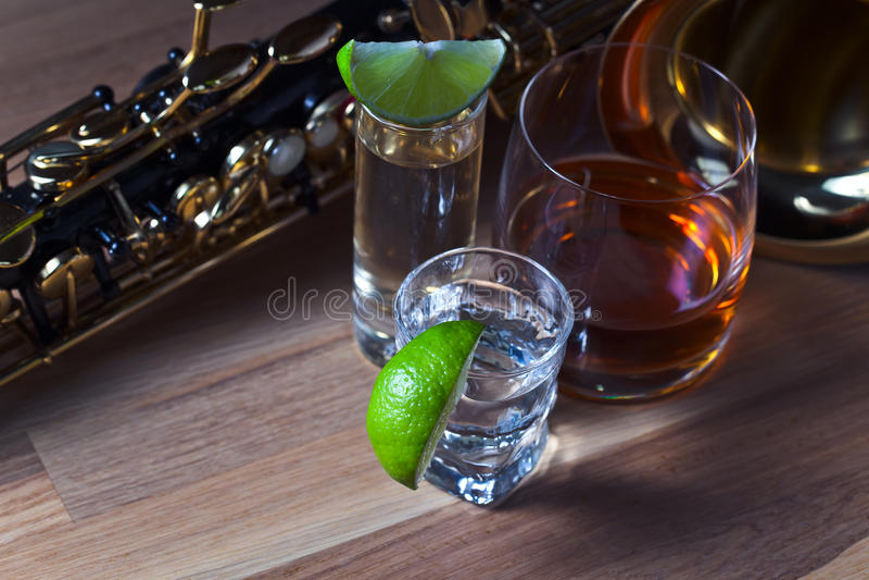 Saxophone και ποτά στοκ εικόνες με δικαίωμα ελεύθερης χρήσης