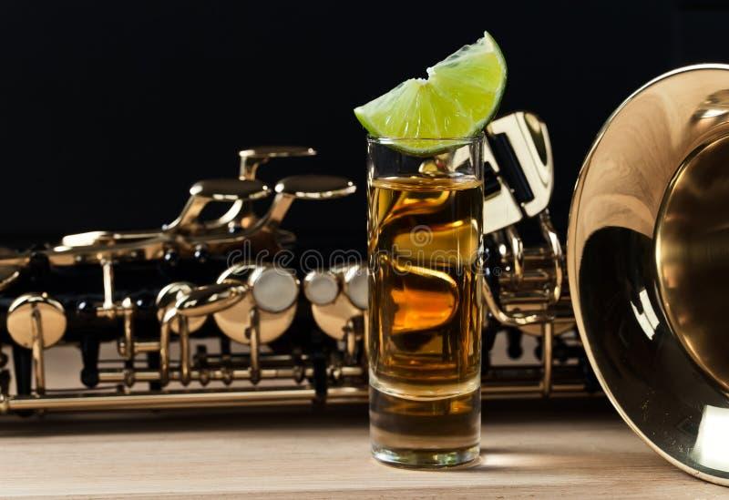 Saxophone και tequila με τον ασβέστη στοκ φωτογραφίες