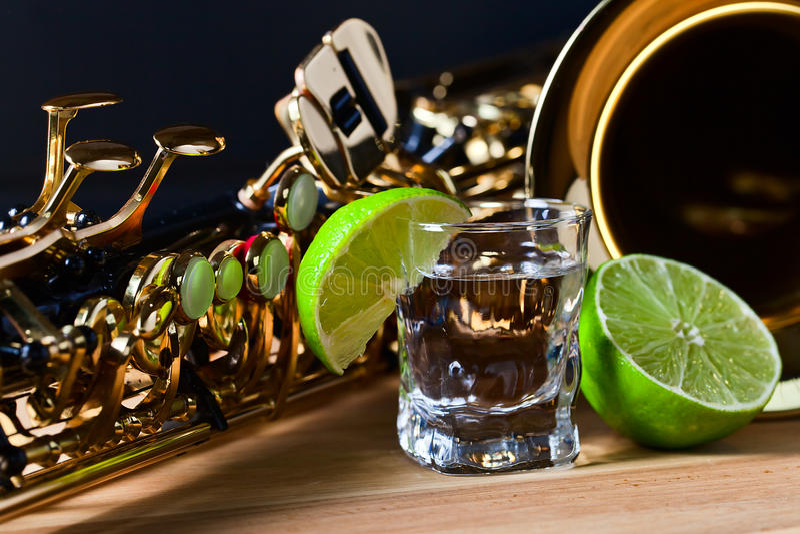 Saxophone και tequila με τον ασβέστη στοκ εικόνα με δικαίωμα ελεύθερης χρήσης