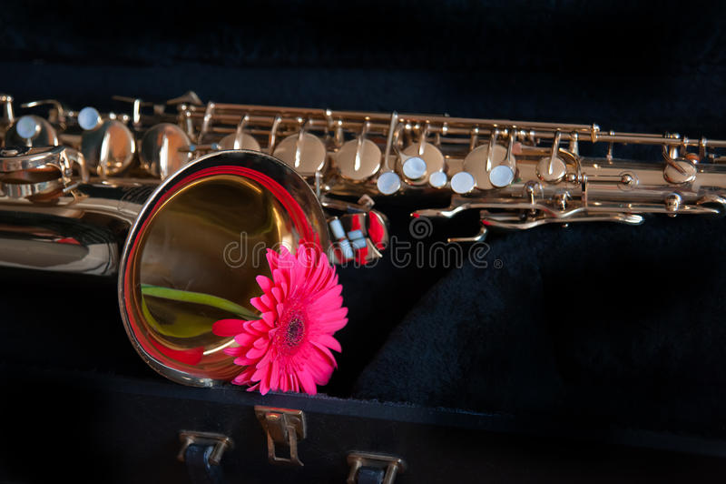 Saxophone με το λουλούδι στοκ εικόνες