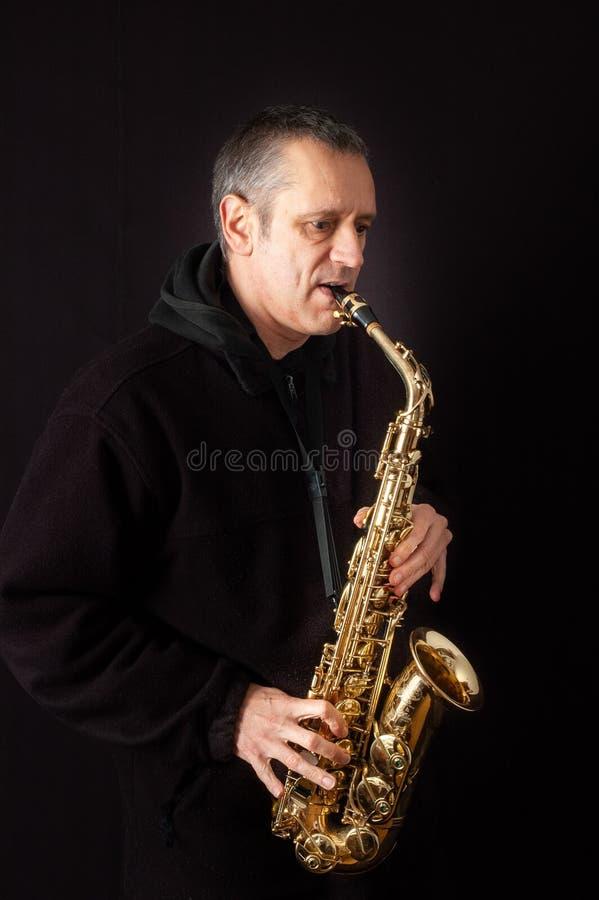 saxophone παιχνιδιού ατόμων στοκ εικόνα