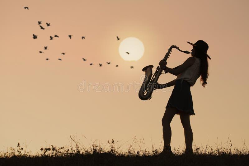 Saxophone παιχνιδιού γυναικών στοκ φωτογραφία με δικαίωμα ελεύθερης χρήσης