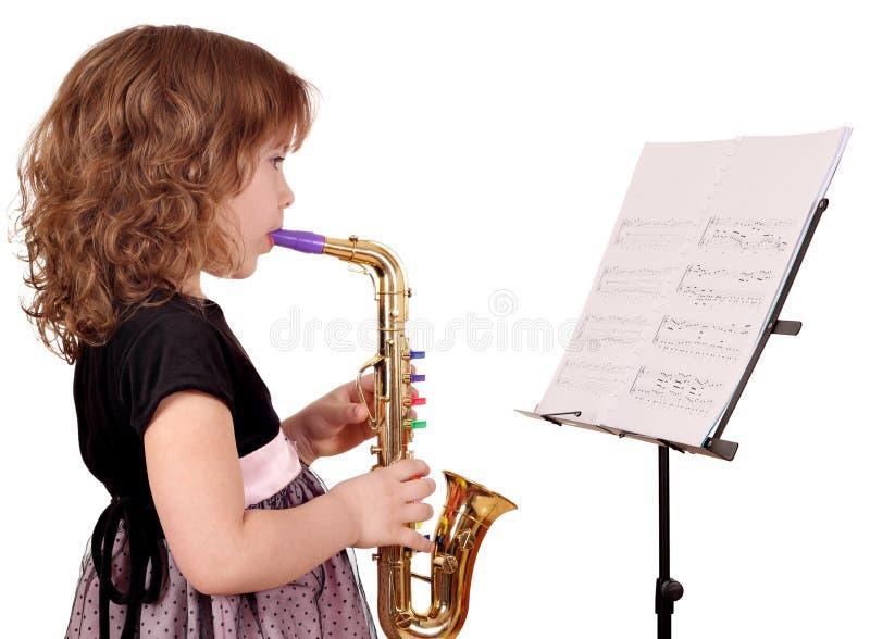 Saxophone παιχνιδιού μικρών κοριτσιών στοκ φωτογραφία με δικαίωμα ελεύθερης χρήσης