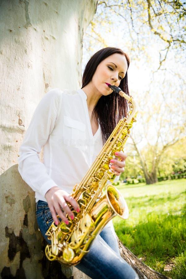 Saxophone παιχνιδιού στη φύση στοκ εικόνες με δικαίωμα ελεύθερης χρήσης