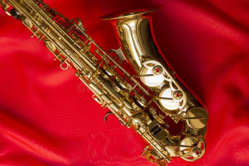 Saxophone σε ένα κόκκινο μετάξι στοκ φωτογραφίες