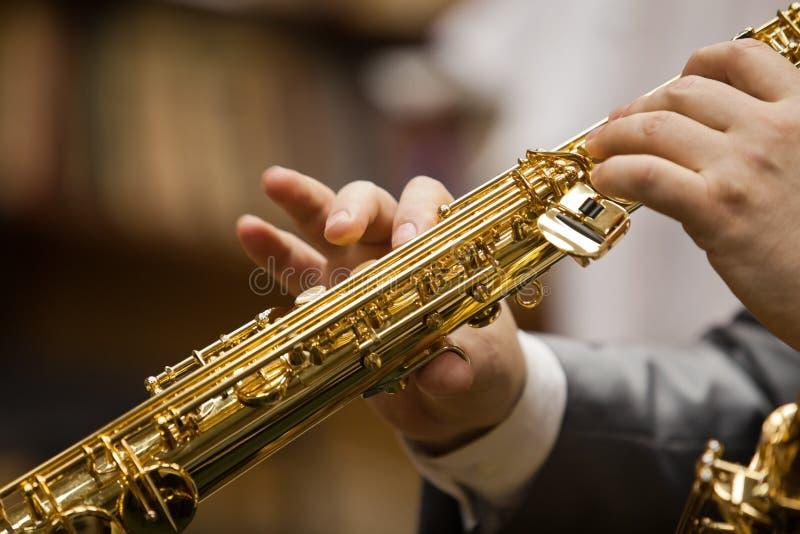 Saxophone στα χέρια ενός μουσικού στοκ εικόνες