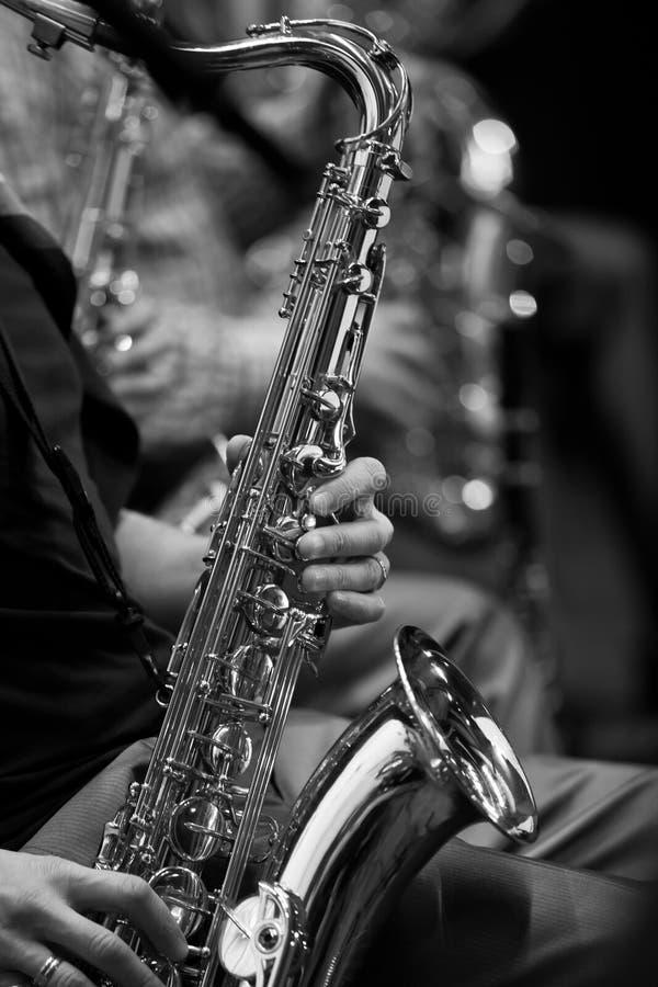 Saxophone στα χέρια ενός μουσικού στοκ εικόνα με δικαίωμα ελεύθερης χρήσης