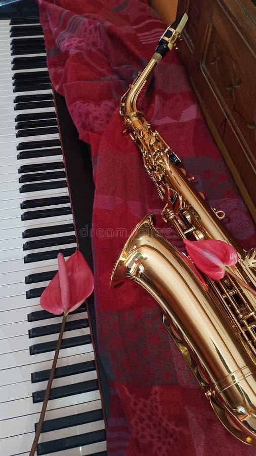 Saxophone στη μουσική πιάνων στοκ εικόνες