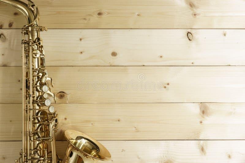 Saxophone στο ξύλινο υπόβαθρο στοκ εικόνες