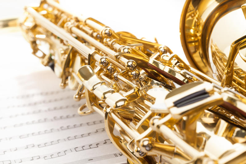Saxophone avec des clés détaillées vue et partie de cloche photographie stock libre de droits
