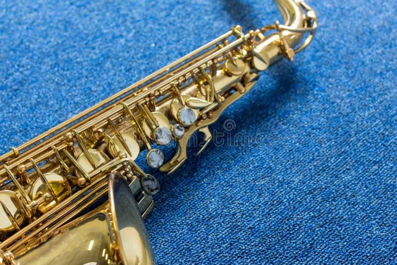 Saxophone de Golden de musicien de jazz sur le mur bleu photos stock