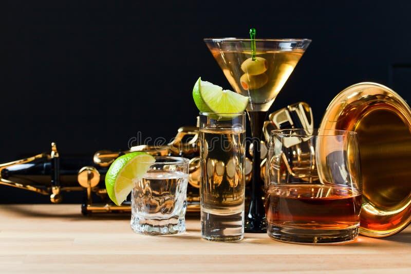 Saxophone et boissons alcoolisées photographie stock libre de droits