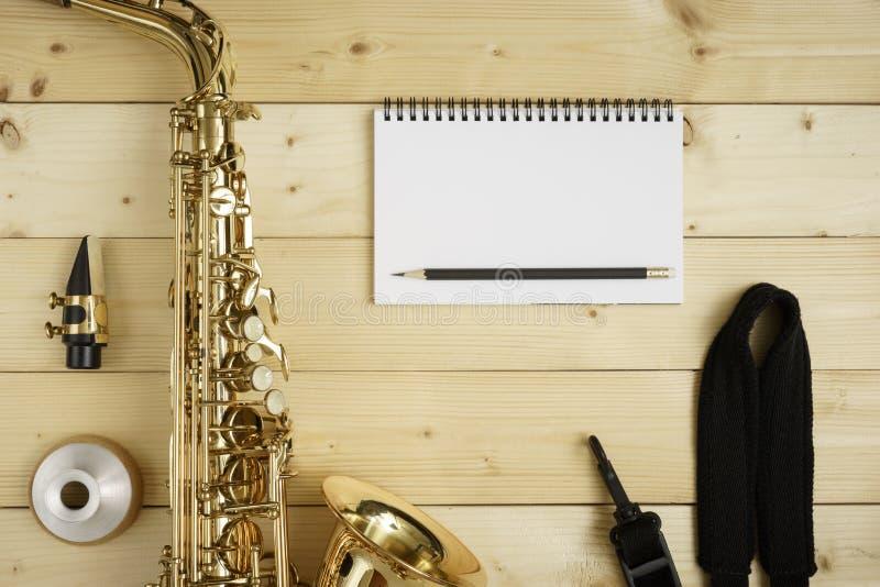 Saxophone sur le fond en bois image libre de droits
