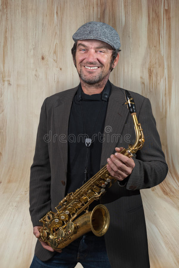 Saxophonist με το καπέλο σε ένα σπάσιμο στοκ εικόνα με δικαίωμα ελεύθερης χρήσης