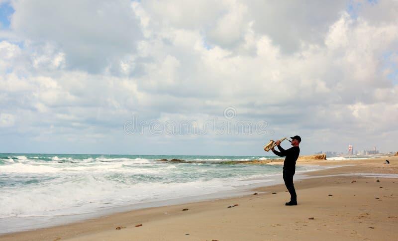 Saxophonist, der auf dem Saxophon im Freien spielt stockfoto