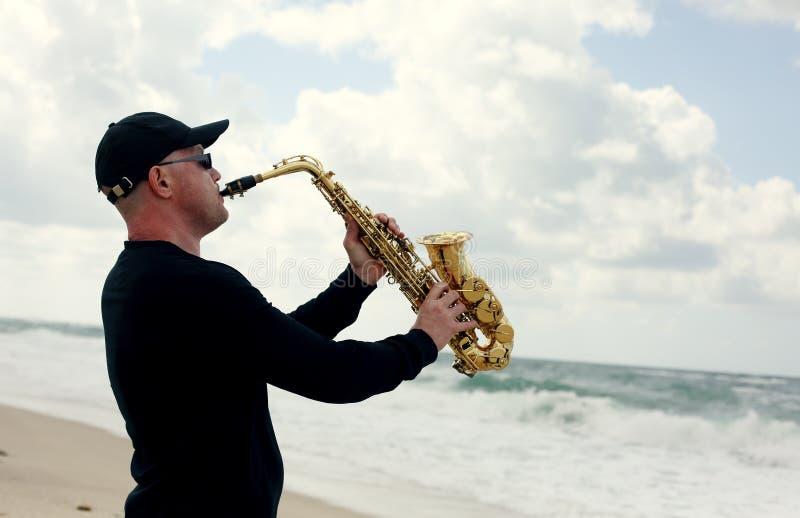 Saxophonist, der auf dem Saxophon im Freien spielt lizenzfreie stockfotografie
