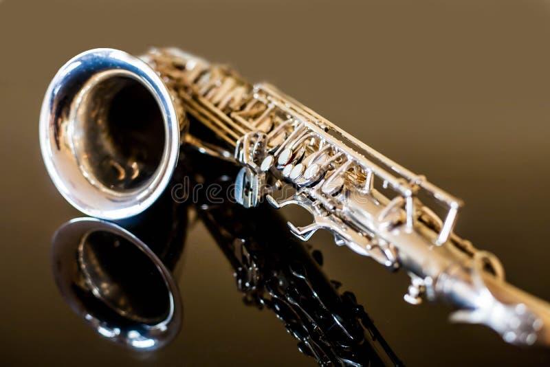 Saxophontenor Holzblasinstrument-klassisches Instrument Jazz, Blau, Klassiker Musik Saxophon auf einem schwarzen Hintergrund Schw stockfotos