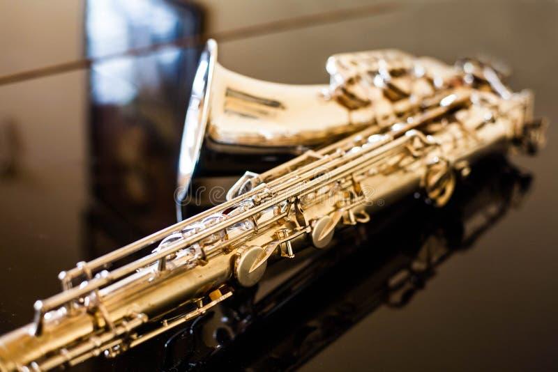 Saxophontenor Holzblasinstrument-klassisches Instrument Jazz, Blau, Klassiker Musik Saxophon auf einem schwarzen Hintergrund Schw lizenzfreies stockbild