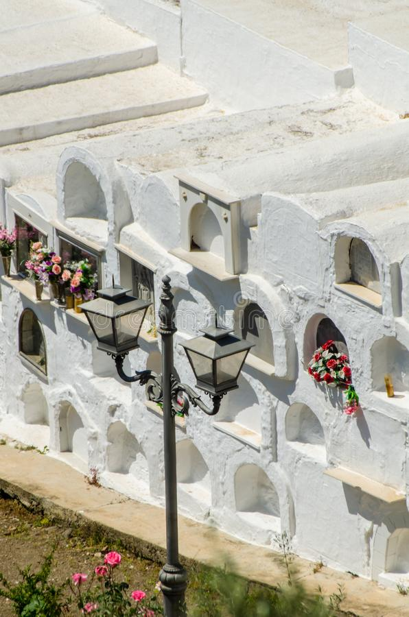 SAYALONGA, ΙΣΠΑΝΙΑ - 6 Μαΐου 2018 χαρακτηριστικό ισπανικό νεκροταφείο στο ρ στοκ φωτογραφία με δικαίωμα ελεύθερης χρήσης