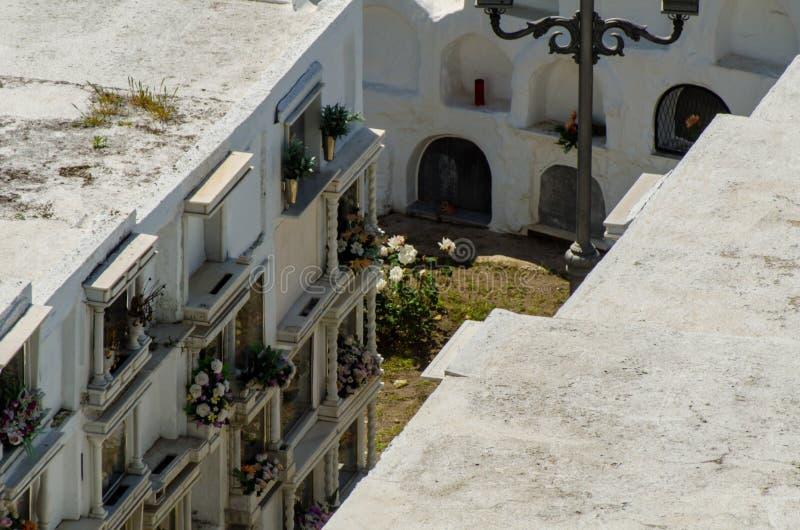 SAYALONGA, ΙΣΠΑΝΙΑ - 6 Μαΐου 2018 χαρακτηριστικό ισπανικό νεκροταφείο στο ρ στοκ φωτογραφία