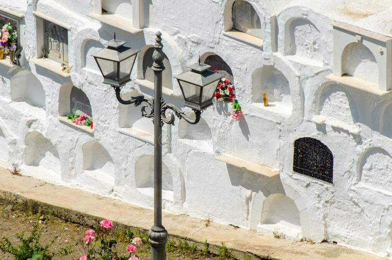 SAYALONGA, SPANIEN - 6. Mai 2018 typischer spanischer Kirchhof im r stockbilder