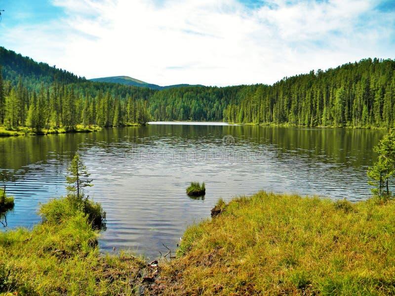 Sayan, Kitorm,俄罗斯, Mountain湖,位于北部Sayan在俄罗斯 壮观的令人难忘的风景 免版税库存图片
