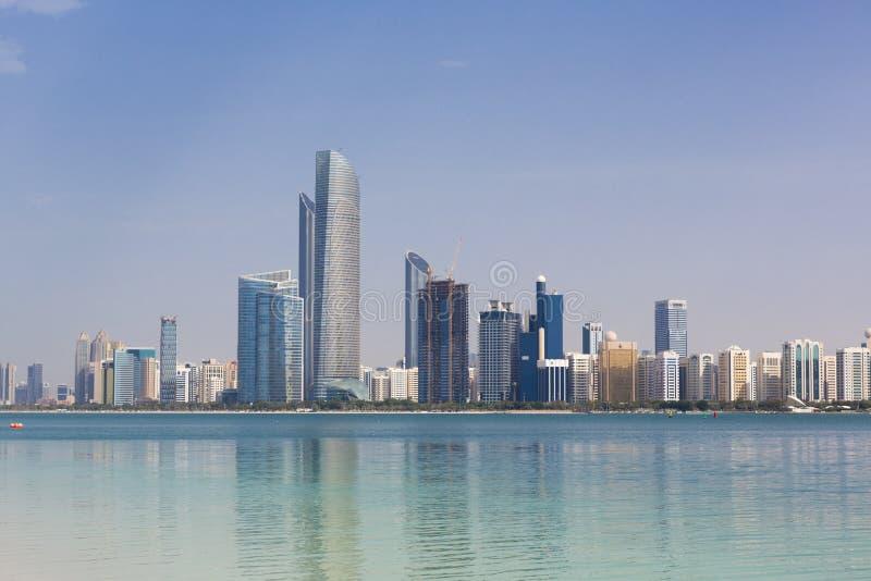 Saylight Abu Dhabi Skyline med skyskrapor royaltyfri fotografi