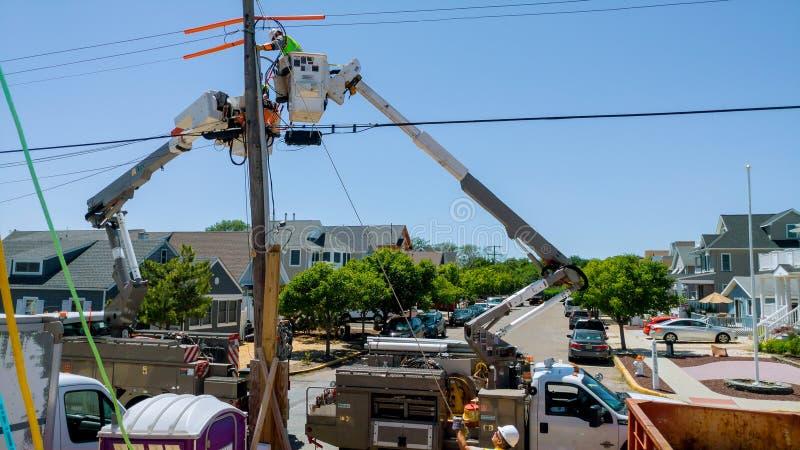 Sayreville NJ - 15 Juni, 2018: De lijnwachter voor de Nutsbedrijven maakt Reparaties aan Verslagen Macht en Telefoonlijnen stock afbeelding