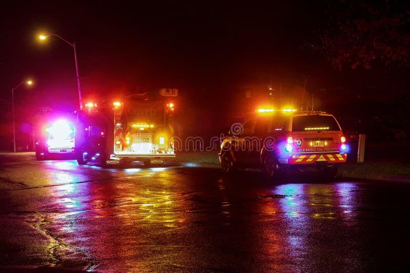 Sayreville NJ, S.U.A. - Apryl 01, 2017 camion dei vigili del fuoco alla notte che risponde ad una chiamata fotografie stock libere da diritti
