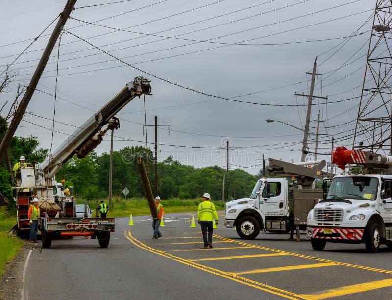 Sayreville NJ U.S.A. - Jujy 02, 2018: Lavori di costruzione per sostituire le colonne dei cavi elettrici Dopo l'incidente stradal fotografia stock libera da diritti