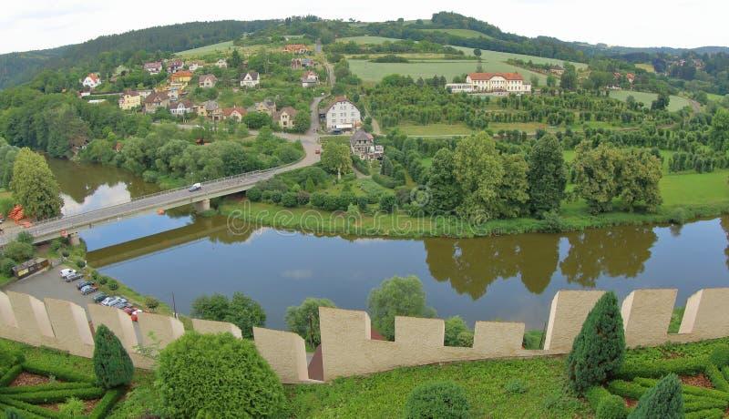 Sazava-Fluss und Dorf Cesky Sternberk, Czechia stockfotografie