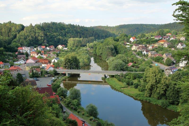 Sazava-Fluss und Dorf Cesky Sternberk, Czechia lizenzfreies stockbild