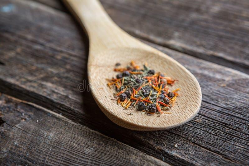 Sazone con pimienta en cuchara de madera foto de archivo libre de regalías