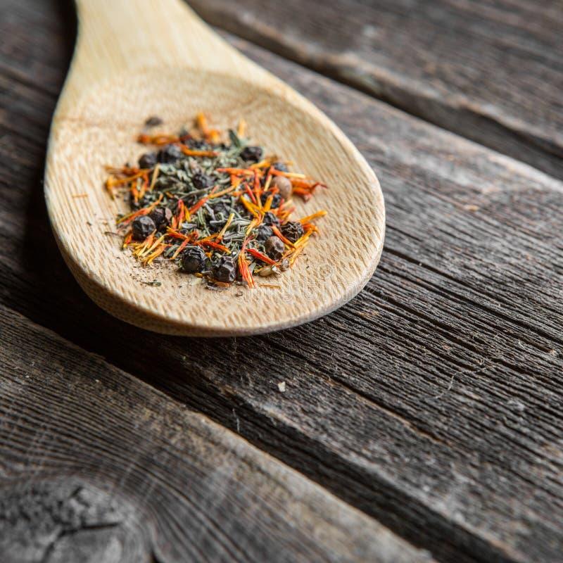 Sazone con pimienta en cuchara de madera imágenes de archivo libres de regalías