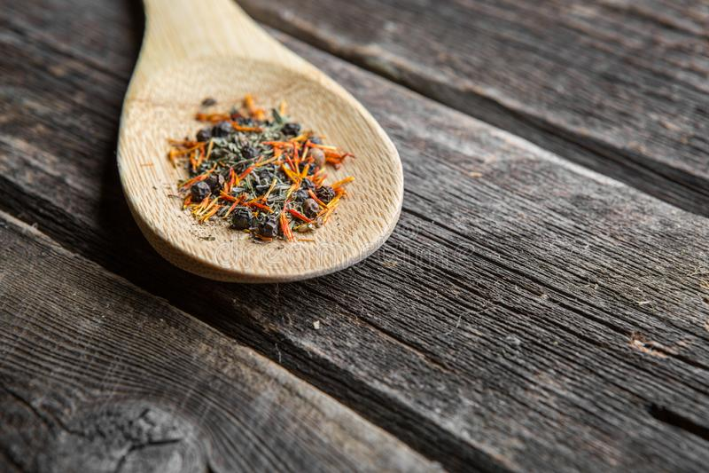 Sazone con pimienta en cuchara de madera fotos de archivo