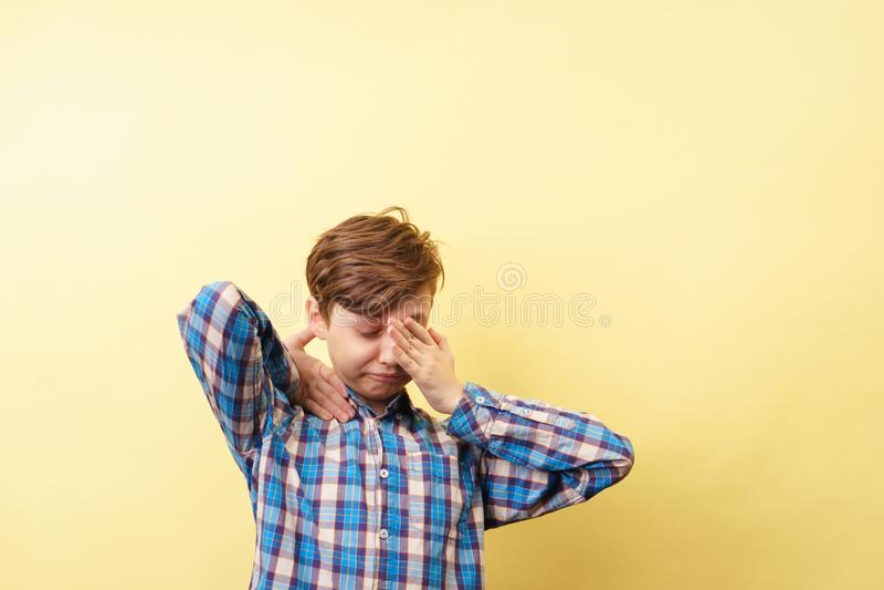 Sbadigli ed allungamenti dello scolaro esauriti Tired immagine stock
