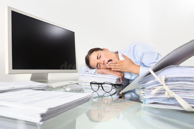 Sbadiglio sonnolento stanco della donna di affari, lavorante alla scrivania nella f immagini stock libere da diritti